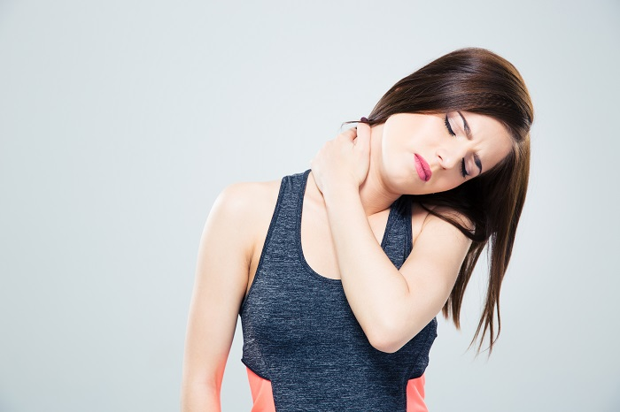 fitness-young-woman-with-neck-pain-over-gray-background_700 شکستن قولنج گردن و خطر سکته مغزی