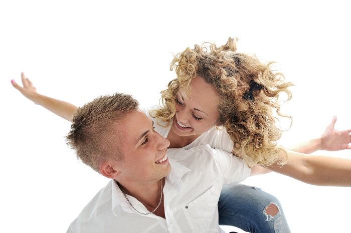 portrait-of-a-romantic-young-couple-smiling-together-over-white-background_700 نشانه های مردی که عاشق همسرش است