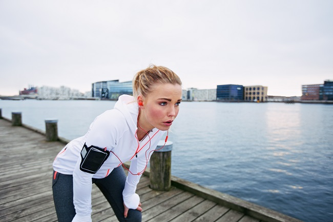 female-runner-standing-bent-over-and-catching-her-breath-after-a-running-session-along-river-young-woman-taking-break-after-a-run_SauG8LNFg ۱۰ روش سم زدایی از بدن به صورت طبیعی که باید بدانید