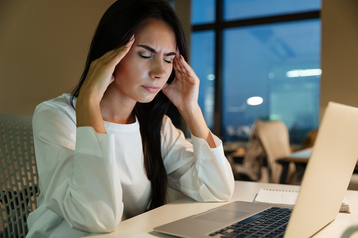 graphicstock-tired-fatigued-young-businesswoman-touching-her-temples-and-having-headache-in-office_700 این 7 درد را هرگز نادیده نگیرید و به پزشک مراجعه کنید