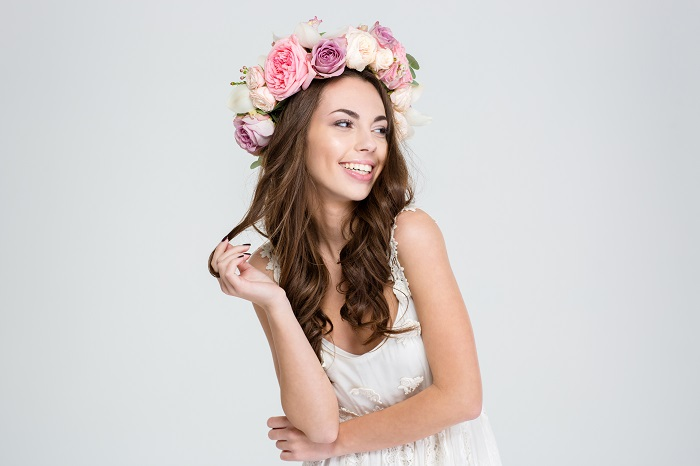 portrait-of-a-smiling-cute-woman-with-wreath-of-roses-posing-isolated-on-a-white-background_700 ۱۰ نکتهای که متخصصین پوست از شما پنهان میکنند!