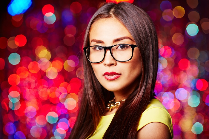 graphicstock-pretty-young-woman-in-eyeglasses-looking-at-camera-at-party_700-fa 9 رازی که هر زنی از شوهرش پنهان می کند را بدانید!