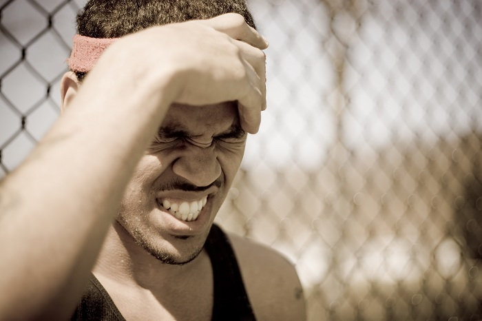 a-young-athlete-grabs-his-forehead-in-anger-or-pain_rtYVeuCBi عوارض بسیار خطرناک نگه داشتن ادرار:10 پیامد نگه داشتن ادرار که هرگز نمیدانستید/حتما بخوانید