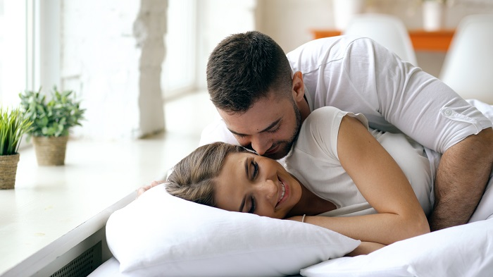 storyblocks-young-beautiful-and-loving-couple-wake-up-at-the-morning-attractive-man-kiss-and-hug-his-wife-in-bed_BNWOd8l_Mf 20 نشانه علاقه دختر به پسر(ازکجا بفهمم دختری دوستم داره)
